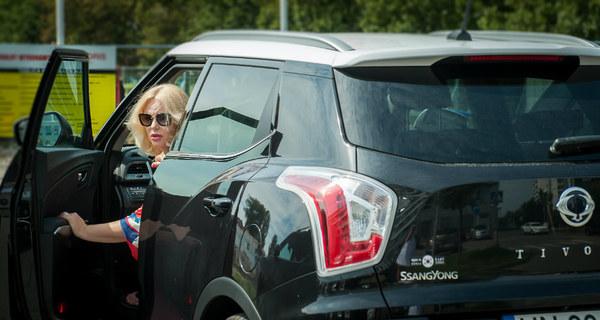 TIVOLI, to model samochodu marki SsangYong, którym już od ponad roku jeździ znana aktorka Joanna Kurowska. Aktorka wybrała ten model ze względu na jego miejski, a równocześnie sportowy charakter. Bogate wyposażenie, zapewnia jej komfort codziennej jazdy, a elegancka linia tego modelu sprawia, że aktorka może śmiało nim podjechać nawet na największe gale, które towarzyszą jej w życiu. Stylowy, a jednocześnie dynamiczny i zadziorny miejski model TIVOLI, odpowiada charakterowi Joanny Kurowskiej i dlatego współpraca marki SsangYong z aktorką jest tak udana i owocna. Model TIVOLI jest idealnym samochodem dla aktywnych kobiet, które cenią sobie styl, jakość oraz wygodę. Ten model można indywidualnie dopasować do swoich potrzeb i nawet najbardziej wymagająca i bezkompromisowa kobieta jest w stanie stworzyć sobie samochód idealny. TIVOLI ma bardzo wiele schowków i miejsc doprzechowywania różnych przedmiotów, a dodatkowym plusem są boczne kieszenie nawszystkich drzwiach, które są na tyle duże, że pomieszczą 1,5-litrowe butelki z wodą mineralną - mała rzecz, a sprawia, że w samochodzie jest bezpieczniej. SsangYong stał się popularną marką wśród gwiazd, aktywnych kobiet biznesu i zabieganych matek. Nie ma co się dziwi , ponieważ wszystkie modele prezentują się świeżo i co ważniejsze  - stylowo, a cena ich nie przyprawia o zawrót głowy.