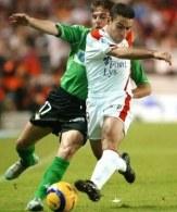 Joaquin Sanchez i David Castedo walczą o piłkę. FC Sevilla-Betis 1:1 /AFP