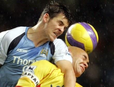 Joey Barton (z lewej) często jest agresywny nie tylko na boisku /AFP