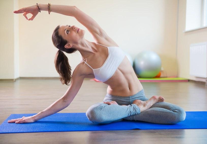 Joga jest jedną z tych form aktywności, których praktyka pozytywnie oddziałuje na nasze ciało, umysł i oddech /123RF/PICSEL