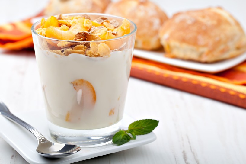 Jogurt lepiej jeść na drugie śniadanie lub podwieczorek /©123RF/PICSEL