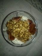 Jogurt z granolą i figami