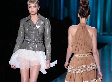 John Galliano łączy skórzane kurtki i jedwabne mini-spódniczki /AFP