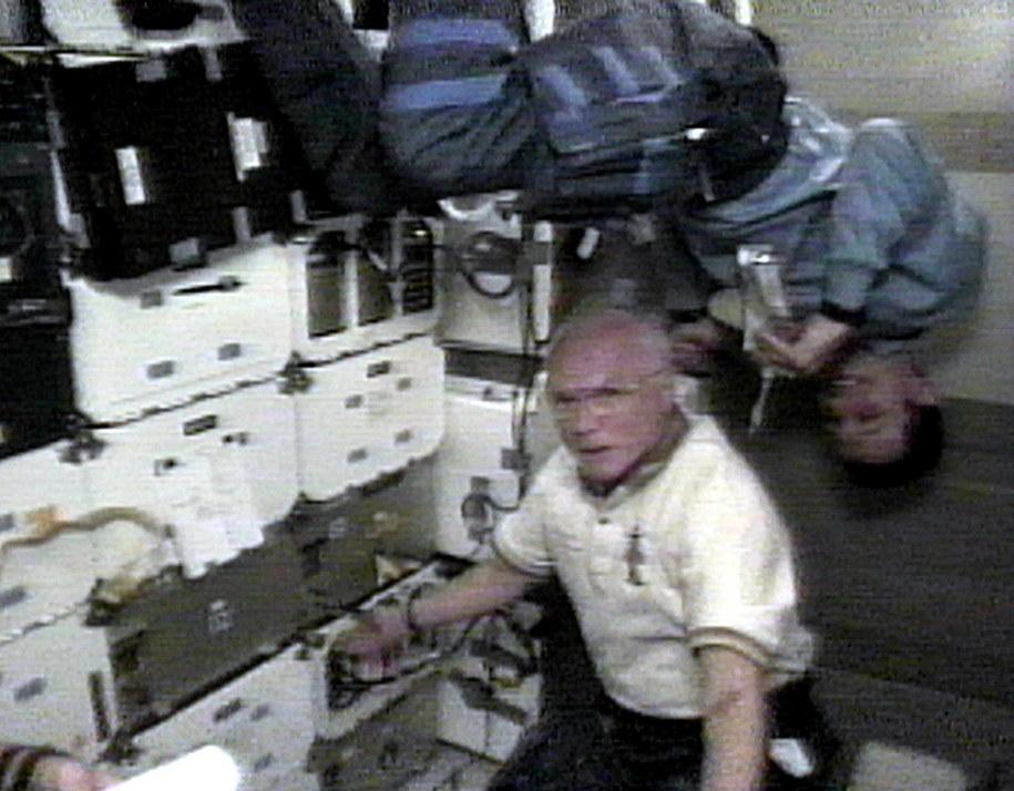 John Glenn i hiszpański astronauta Pedro Duque na pokładzie Discovery, październik 1998 /NASA/HANDOUT /PAP/EPA