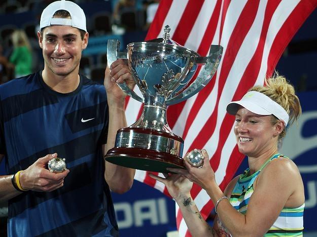 John Isner i Bettanie Mattek-Sands z trofeum /AFP