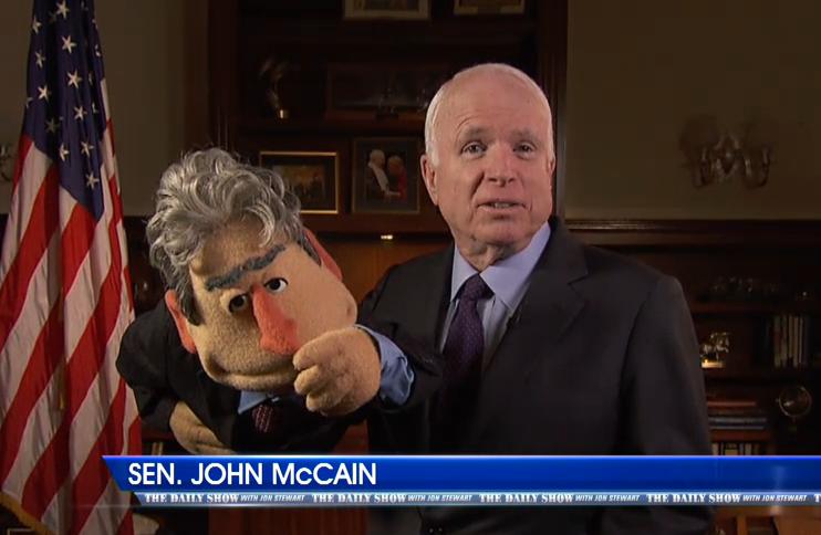 John McCain z kukiełką Jona Stewarta /Comedy Central /