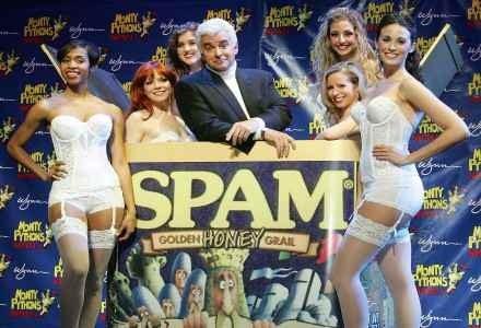 """John O'Hurley, puszka mielonki (Spam) i promocja """"Monty Python's Spamalot"""" w Vegas /AFP"""