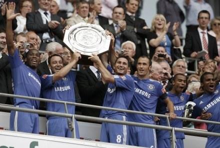 John Terry (drugi z lewej) z pierwszym trofeum Chelsea w tym sezonie - Tarczą Wspólnoty. /AFP