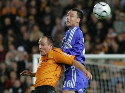 John Terry (z prawej) wierzy, że Chelsea będzie rządzić i dzielić w tym sezonie na kilku frontach /AFP
