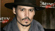 Johnny Depp bawi się lalkami