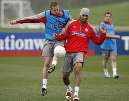 Joleon Lescott (z prawej) raczej nie przejdzie do Manchesteru City /AFP