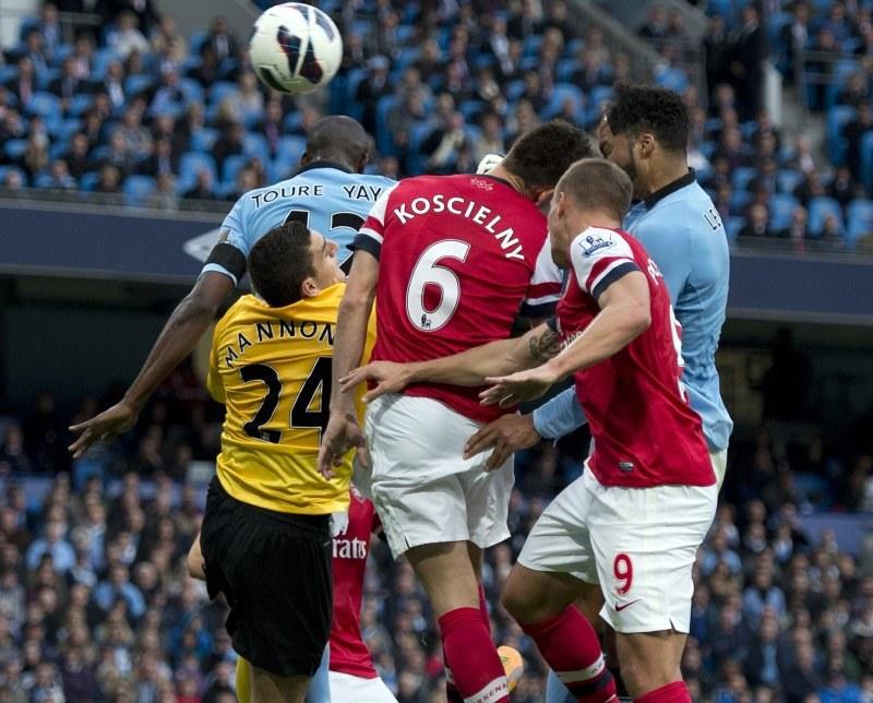 Joleon Lescott (z prawej) strzela gola dla Manchesteru City w meczu z Arsenalem /AFP