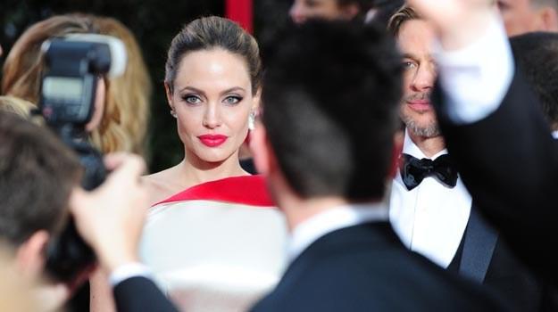 Jolie bez Złotego Globu, ale jej kreacja od Versace na pewno przejdzie do historii /AFP