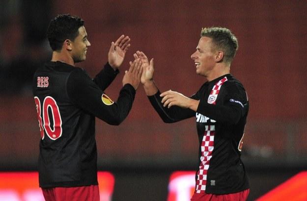 Jonathan Reis (z lewej) i Balazs Dzsuzsak, czyli PSV górą /AFP