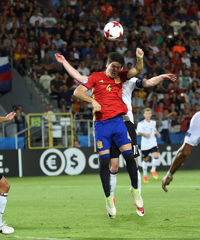 Jorge Mere (4) walczy o piłkę z Maximilianem Arnoldem. /Janek Skarżyński /AFP
