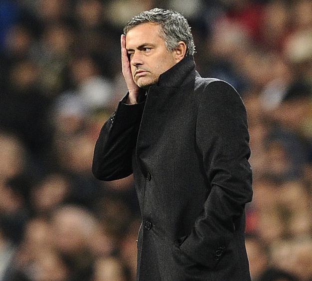 Jose Mourinho czuje się osamotniony w walce o piłkarzy Realu. /AFP