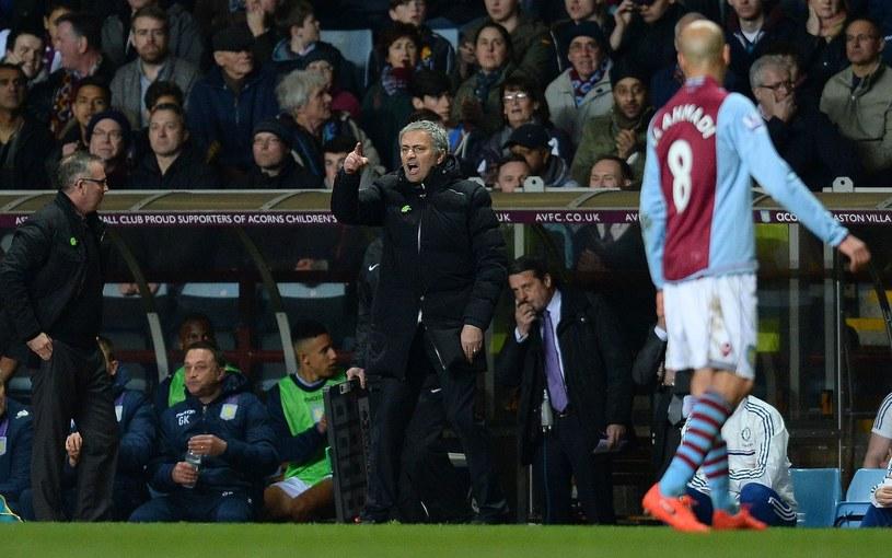 Jose Mourinho krzyczy podczas meczu Chelsea z Aston Villą /AFP