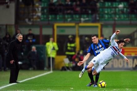 Jose Mourinho, trener Interu ze wściekłaścią ogladał mecz z Sampdorią. /AFP