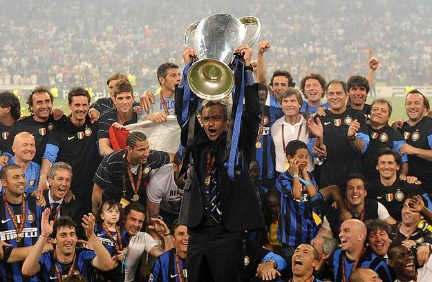 Jose Mourinho z pucharem Ligi Mistrzów i drużyną Interu Mediolan /AFP