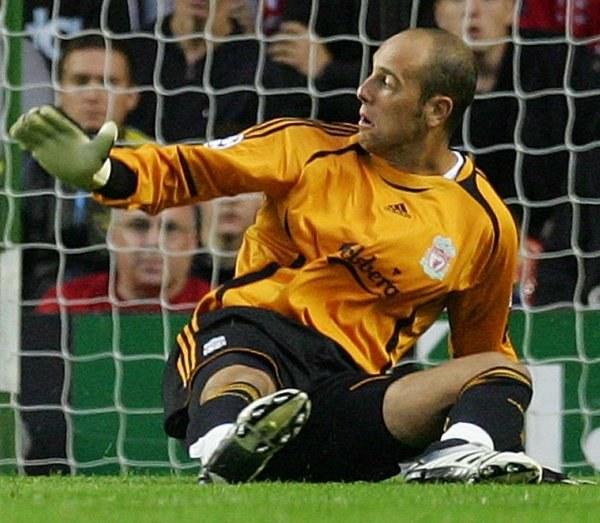 Jose Reina nie będzie miło wspominał ostatnich derbów Liverpoolu /AFP