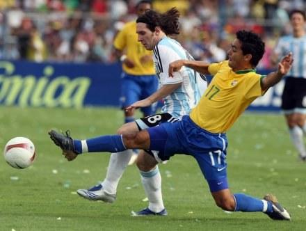 Josue (z prawej) i Lionel Messi /AFP
