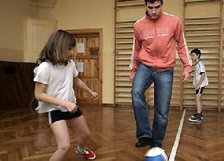 Jovan Ninković uczy dzieci żonglerki,FOT.Ruch Chorzów /INTERIA.PL