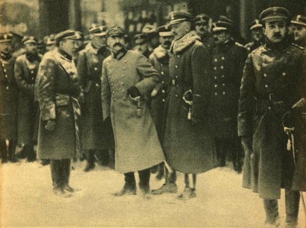 Józef Pilłsudski i zaprzysiężenie wojska /reprodukcja Piotr Mecik /Agencja FORUM