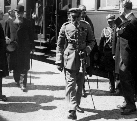 Józef Piłsudski na dworcu kolejowym w Bukareszcie /Z archiwum Narodowego Archiwum Cyfrowego