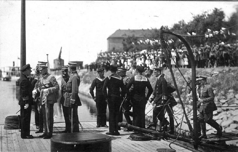 Józef Piłsudski podczas odznaczania marynarzy za wojnę z bolszewikami /INTERIA.PL/materiały prasowe