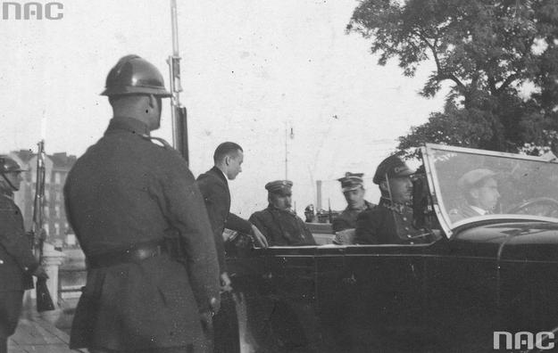 Józef Piłsudski w limuzynie (zdjęcie ilustracyjne) /Z archiwum Narodowego Archiwum Cyfrowego