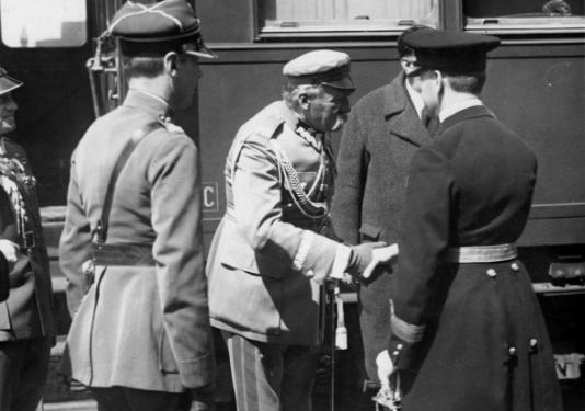Józef Piłsudski witany w Bukareszcie przez przedstawiciela króla Karola II /Z archiwum Narodowego Archiwum Cyfrowego