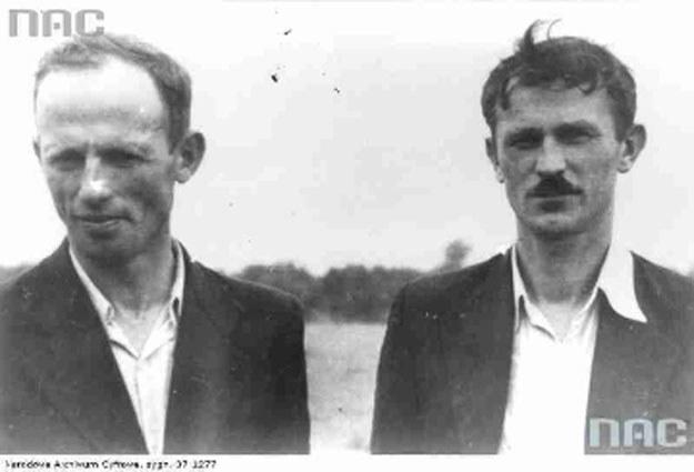 """Józef Wiącek """"Sowa"""" (z lewej) z dowódcą oddziału Władysławem Jasińskim """"Jędrusiem"""" /Z archiwum Narodowego Archiwum Cyfrowego"""