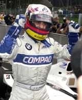 Juan Pablo Montoya cieszy się z pole position