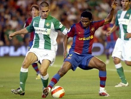 Juanito stara się odebrać piłkę Samuelowi Eto'o /AFP