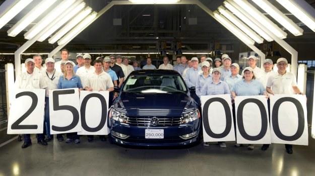 Jubileuszowy, 250-tysięczny Passat z fabryki w Chattanooga. To pierwszy zakład Volkswagena w USA od czasów montowni w Pensylwanii, zamkniętej w 1988 roku. /Volkswagen