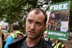 Jude Law protestuje w Londynie