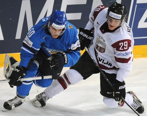 Juhamatti Aaltonen z Finlandii i Ralfs Freibergs z Łotwy podczas igrzysk w Soczi. Później się okazało, że Łotysz był na koksie. /AFP