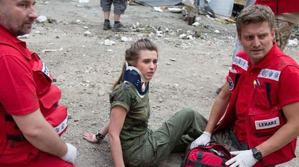 Zapała pozna nową koleżankę na szkoleniu, które przejdzie przed wyjazdem na misję. Podczas ćwiczeń dziewczyna będzie udawać ciężko ranną - a młody lekarz będzie musiał uratować jej życie. - Jak na debiut byłeś całkiem niezły. Mieliśmy gorszych! - po treningu, Zuza pośle chłopakowi zawadiacki uśmiech.
