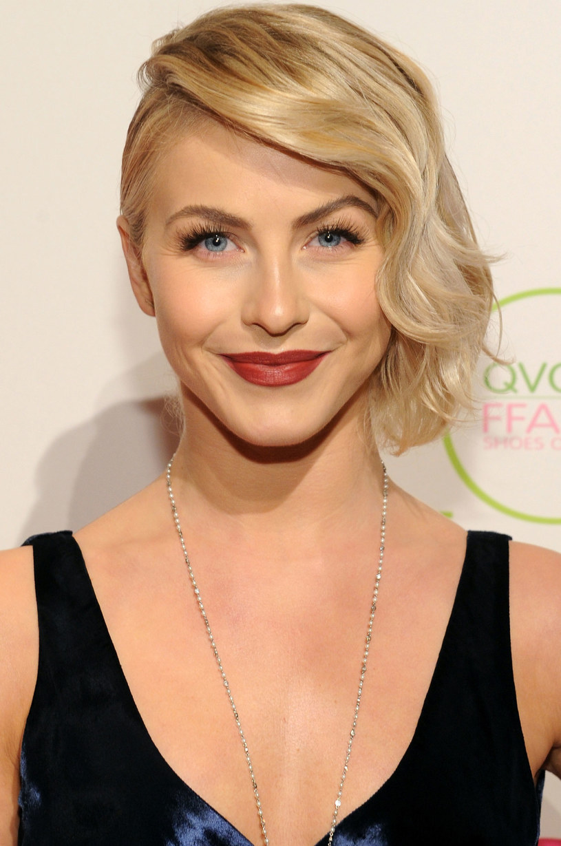 Julianne Hough lekko podtapirowała włosy na czubku glowy /Getty Images/Flash Press Media