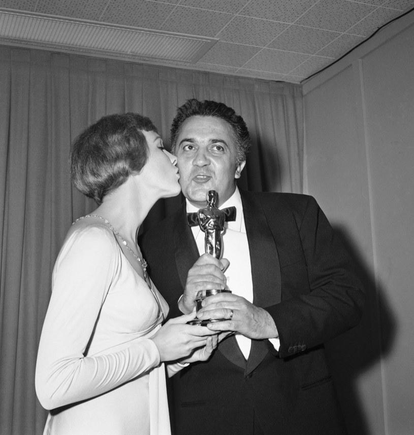 """Julie Andrews wręcza Felliniemu Oscara za """"La stradę"""" /ASSOCIATED PRESS/FOTOLINK  /East News"""