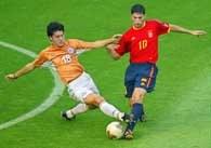 Julio Cesar Caceres (z lewej) atakuje Diego Tristana