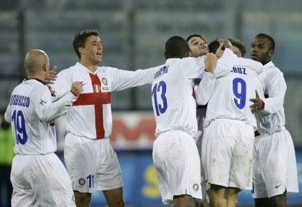 Julio Cruz przyjmuje gratulacje. Cagliari-Inter 0:2 /AFP