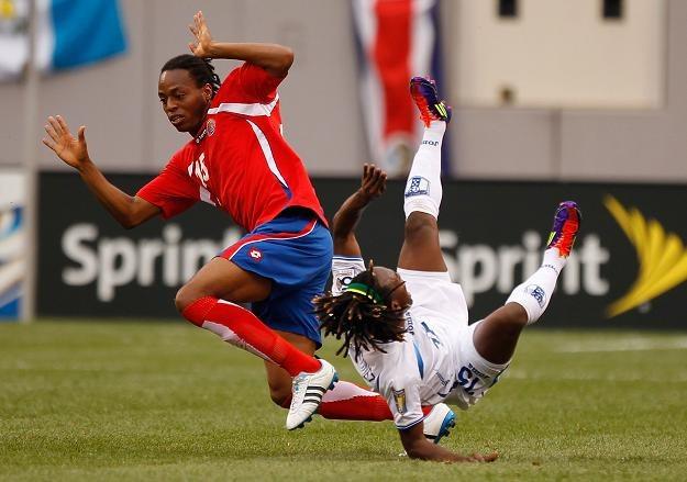 Junior Diaz (Kostaryka, z lewej) w walce z Walterem Martinezem z Hondurasu /AFP