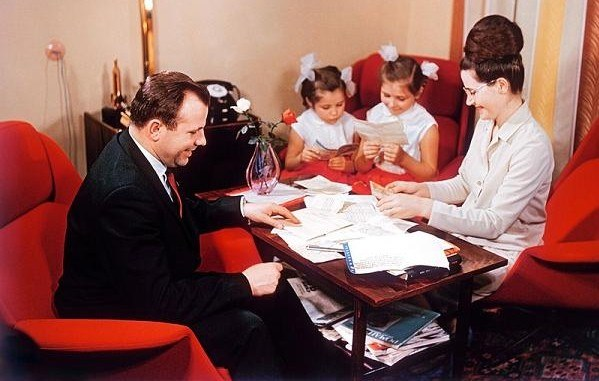 Jurij Gagarin z żoną i córkami /East News