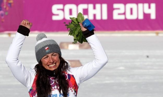 Justyna Kowalczyk na najwyższym stopniu podium w Soczi podczas ceremonii kwiatowej. /Grzegorz Momot /PAP