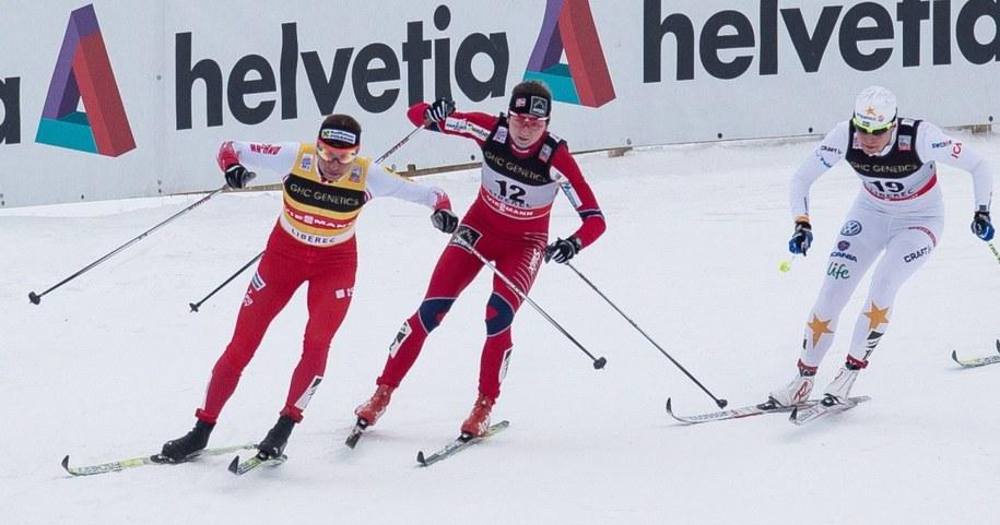 Justyna Kowalczyk (pierwsza z lewej) na trasie biegu ćwierćfinalowego /Fot. Maciej Kulczyński /PAP