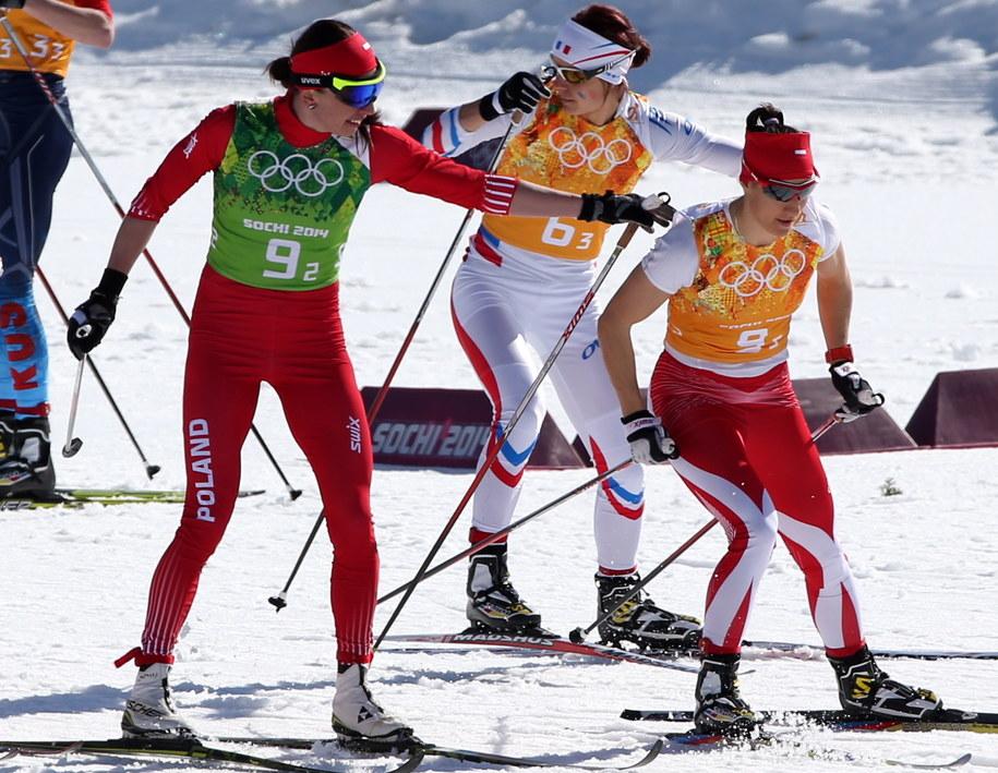 Justyna Kowalczyk (po lewej) wypuszcza do biegu Sylwię Jaśkowiec /Grzegorz Momot /PAP