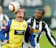 Juventus - Chievo 3:0. Fabio Moro (z lewej) walczy o piłkę z Marcelo Zalayetą /AFP