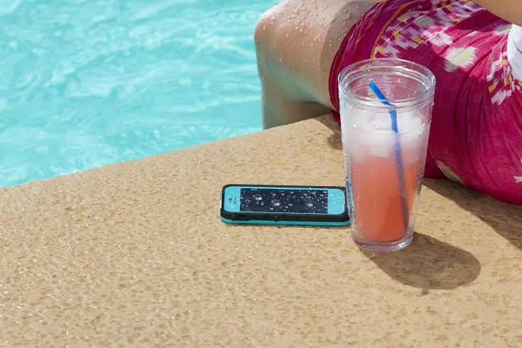 Już 95 proc. osób wyjeżdżających na wakacje zabiera ze sobą telefon komórkowy. /materiały prasowe