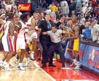 Już dawno na meczu NBA nie byliśmy świadkami takich scen /AFP